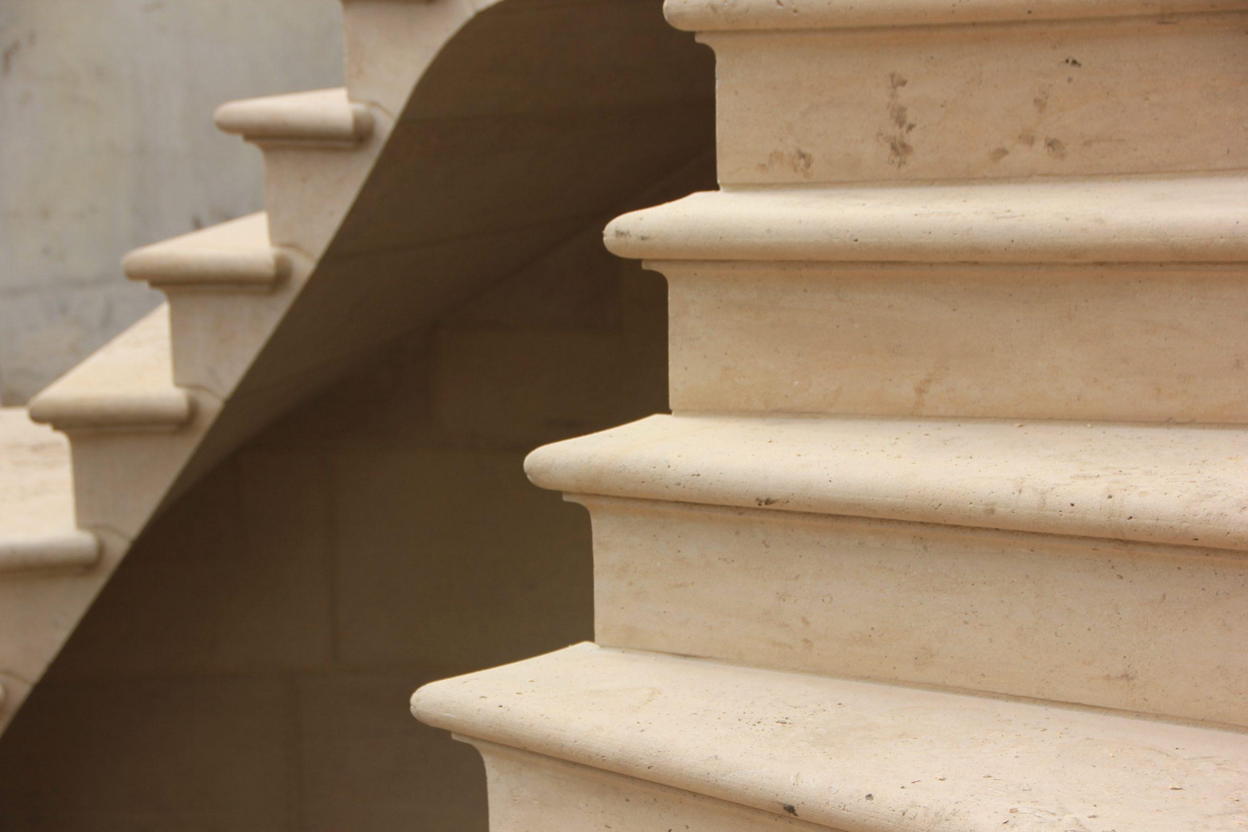 Escalier en pierre massive cité des Fleurs 75017